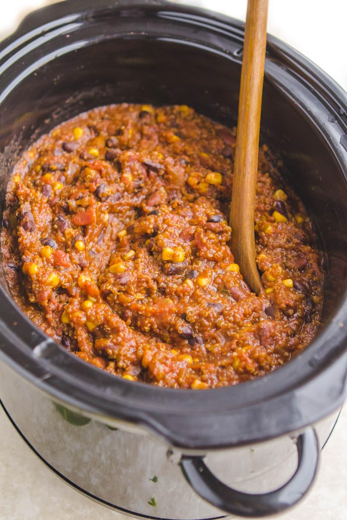 Slow Cooker Vegan Bean & Quinoa Chili #vegan #mealprep #slowcooker #plantbased